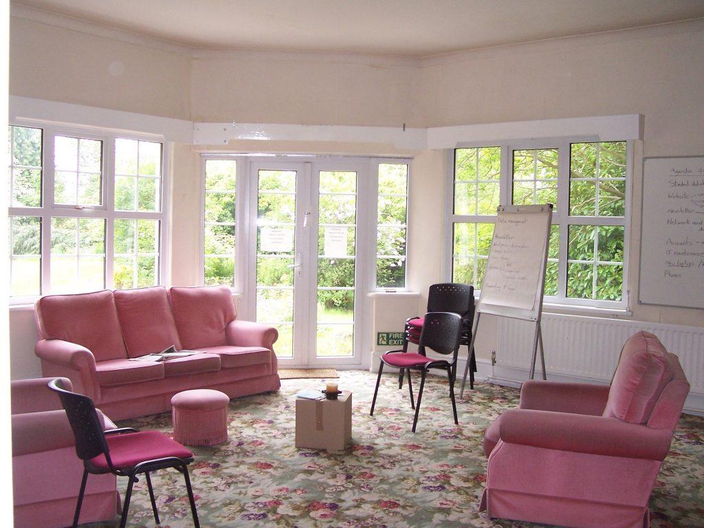 salon z dużymi oknami